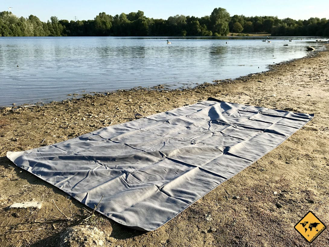 Das größte Reisehandtuch von Fit Flip ist 2 x 1 Meter groß und damit ideal als Strandtuch geeignet