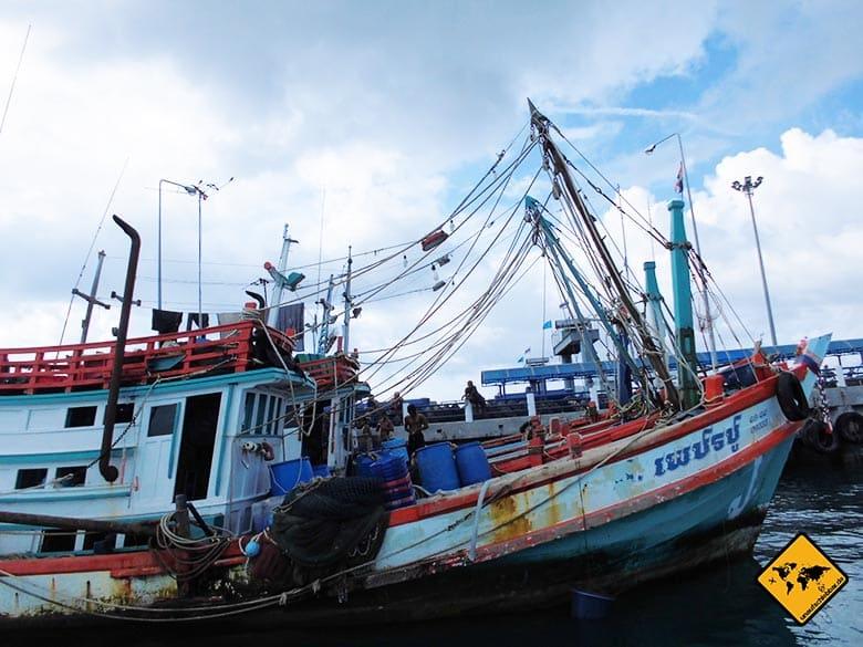 Reisen und Geld verdienen auf einem Fischerboot arbeiten Thailand