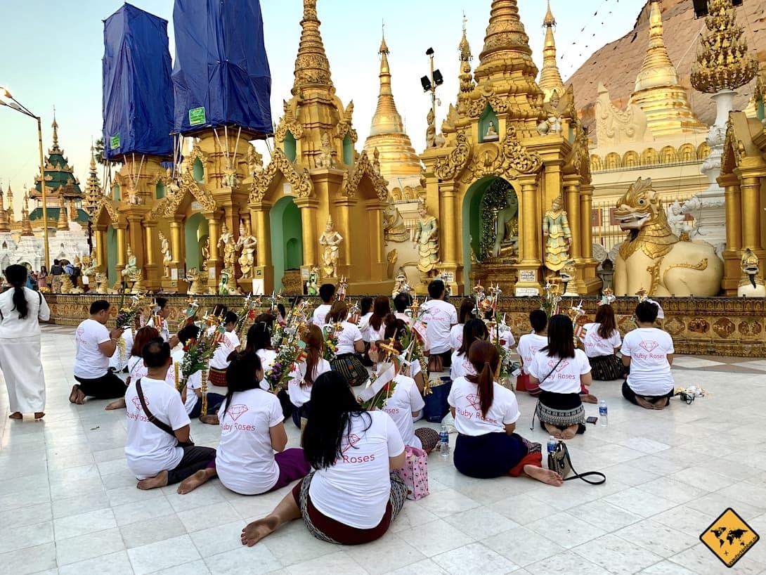 Religion in Myanmar beten Gruppe Shwedagon Pagode Yangon