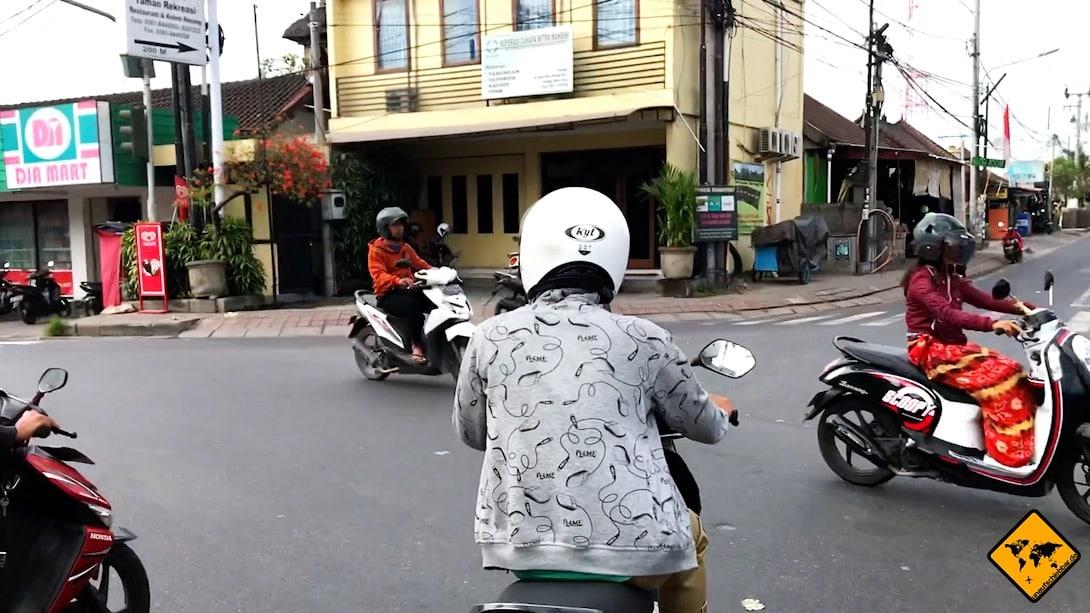 Roller fahren auf Bali: An Kreuzungen ohne Ampel ist es für Touristen oftmals besonders schwierig, mit den chaotisch wirkenden Fahrweisen zurecht zu kommen