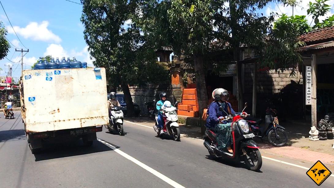Beim Roller fahren auf Bali siehst du leider häufig Transporter, deren Ladung nur schlecht oder gar nicht gesichert ist