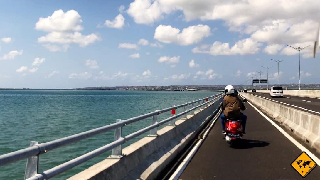 Die Schnellstraße nach Nusa Dua führt dich direkt am Meer entlang