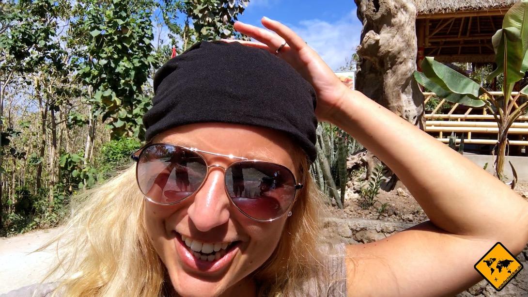 Für Frauen sind die Helme häufig ein bisschen groß. Jenny trägt daher teilweise eine Mütze unter dem Helm, damit dieser richtig passt.