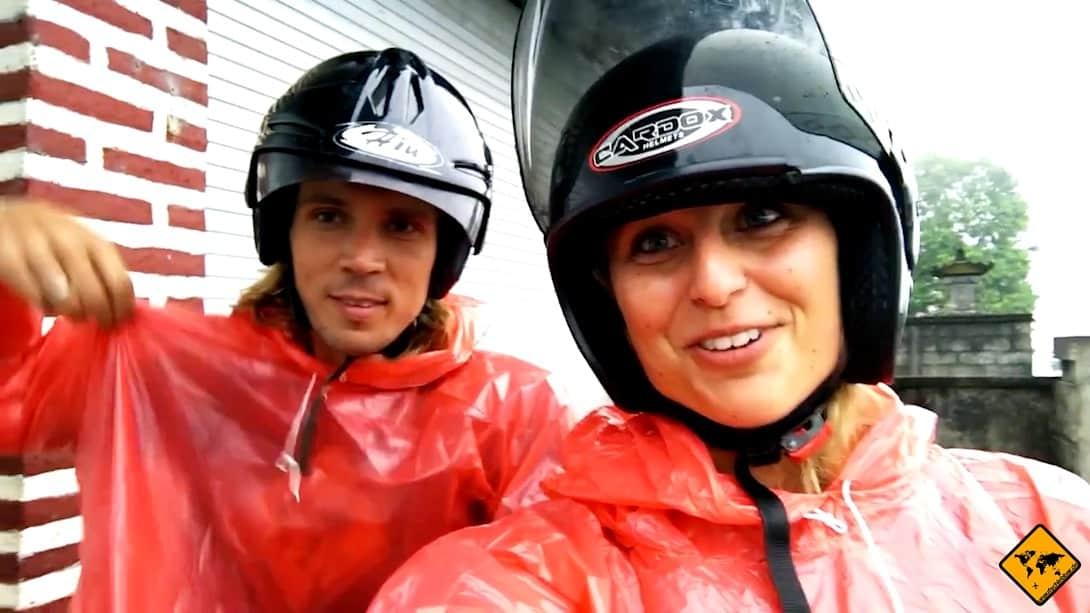 Eine dünne Jacke und/oder ein Regenponcho sind bei Regen sehr hilfreich