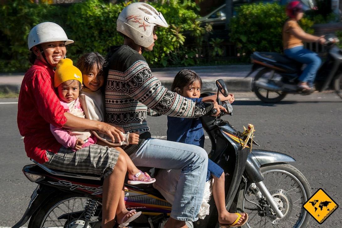 Ein Bild, das du auf Bali häufiger siehst: Fahrer mit Flip Flops und Kinder ohne Helm. Mache dies bitte nicht nach.