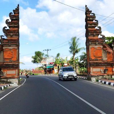 Hier siehst du die Straße, die zum Tanah Lot Tempel führt. Dass die Straßen in der Nähe von Touristen-Attraktionen breit und gut sind, kommt häufig vor.