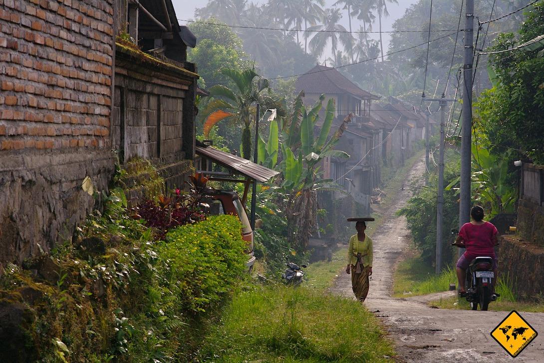 Nicht alle Straßen auf Bali sind in gutem Zustand und breit ausgebaut. Als Anfänger solltest du beim Roller fahren auf Bali daher besonders vorsichtig sein.