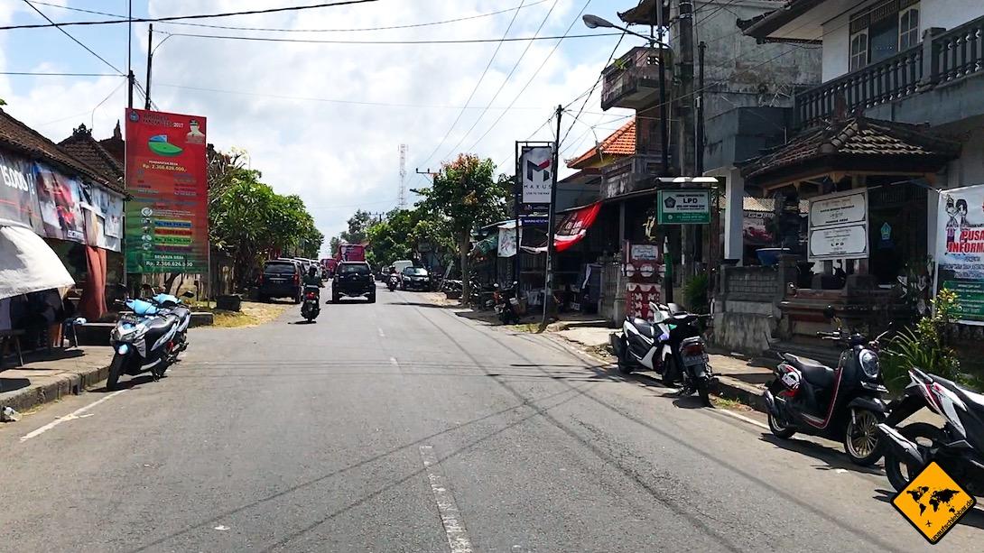Beim Roller fahren auf Bali musst du dir ums Parken keine großen Sorgen machen. Die Roller stehen in der Regel einfach am Straßenrand.