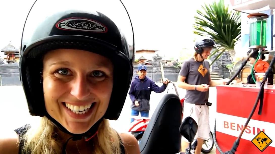 Tankangebote findest du beim Roller fahren auf Bali problemlos auch am Straßenrand