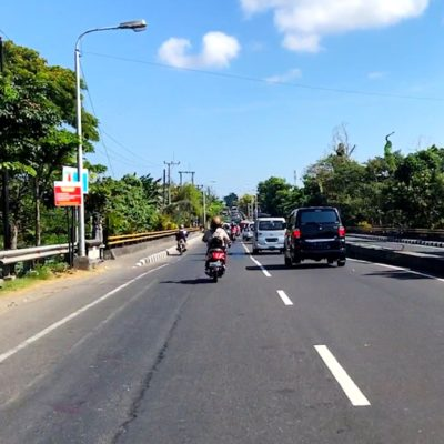 Im Süden von Bali findest du rund um Denpasar auch einige Straßen, die zweispurig in einer Fahrtrichtung sind