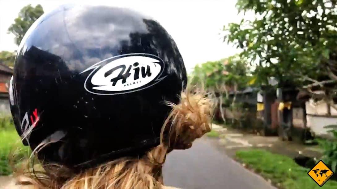 Beim Roller mieten auf Bali solltest du immer prüfen, ob dir der Helm gut passt