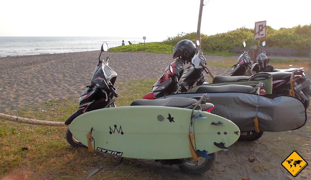 Wenn du ein Surfbrett transportieren möchtest, kannst du auch einen Roller mieten, der eine entsprechende Vorrichtung hierfür hat