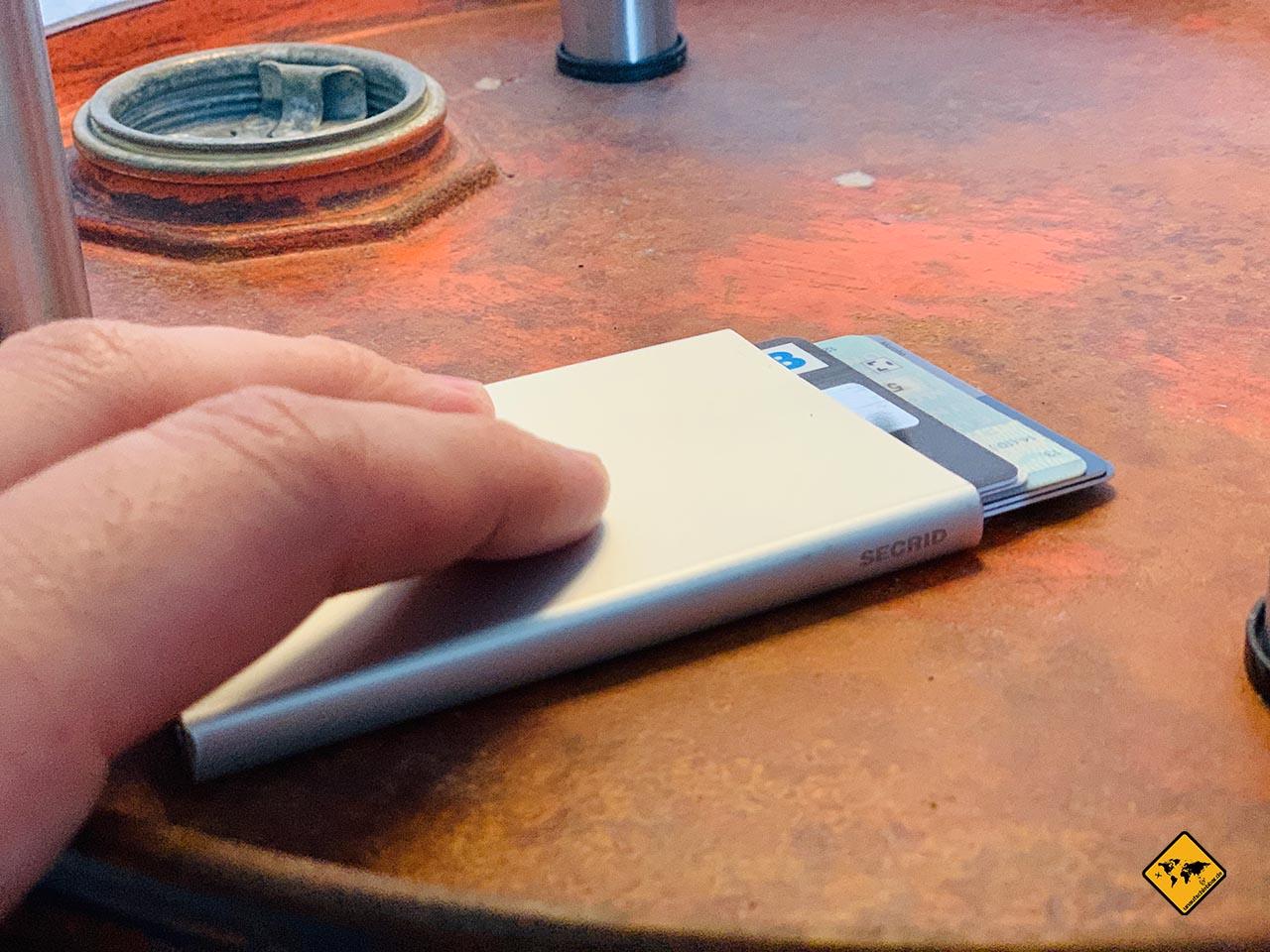 Kartenetui mit RFID Hand Vergleich