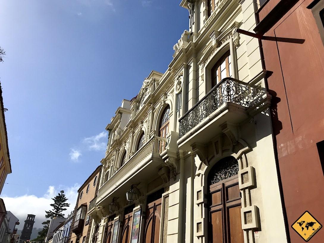 Der Teatro Leal wird von schmalen Balkonen geschmückt