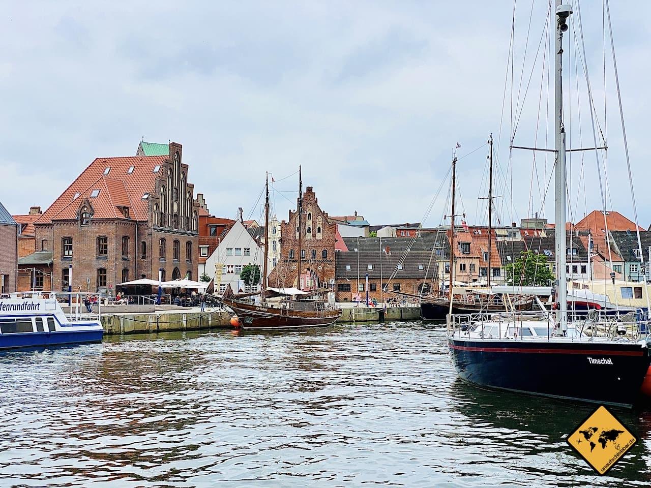 Sehenswürdigkeiten Wismar alter Hafen Schiffe