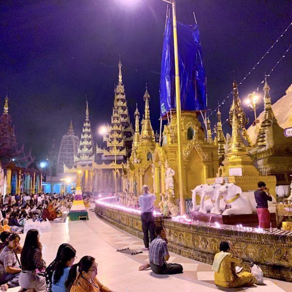 Shwedagon Pagode Myanmar Gebete am Abend