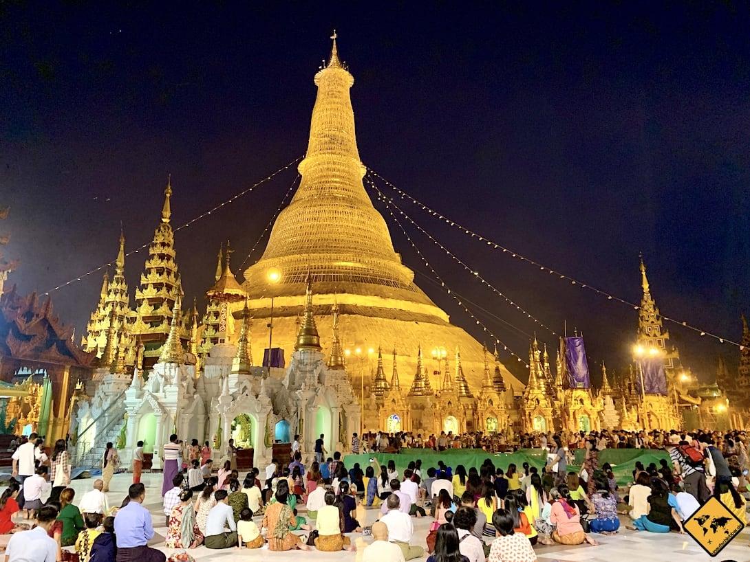 Shwedagon Pagode Yangon eingerüstet abends