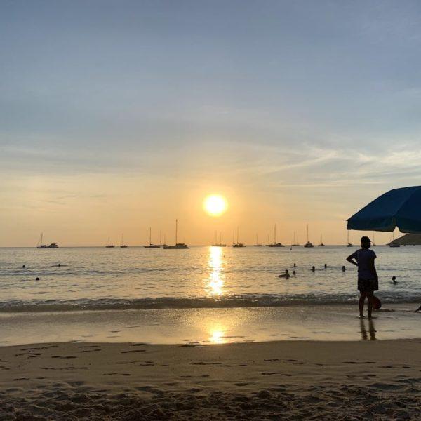 Sonnenuntergang Nai Harn Beach Phuket