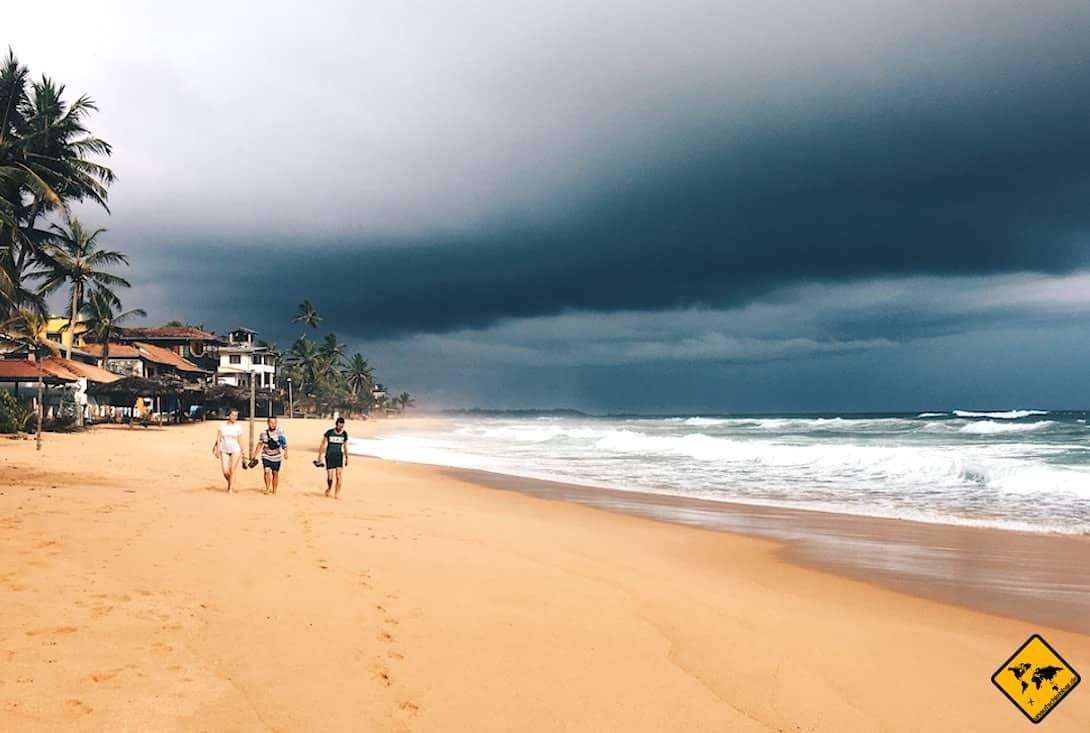 Sri Lanka Strand dunkler Himmel