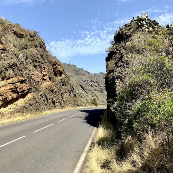Die Straßen, die durch das Anaga Gebirge Teneriffa führen, sind größtenteils zweispurig und in sehr gutem Zustand