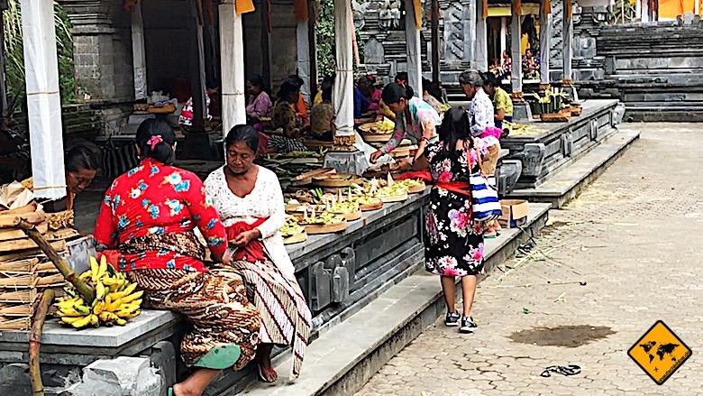 Tempel auf Bali Anfertigung Opfergaben
