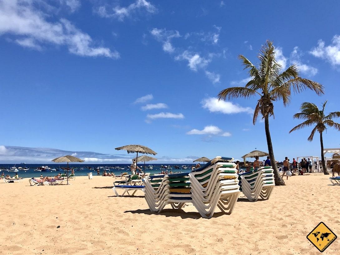 Auch Liegestühle sind am Teresitas Strand preisgünstig erhältlich