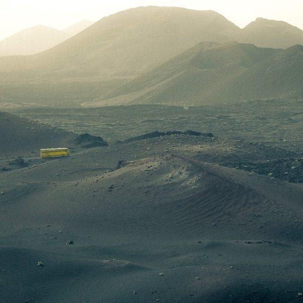 Die kurvigen Straßen des Timanfaya Nationalparks werden mit Bussen passiert