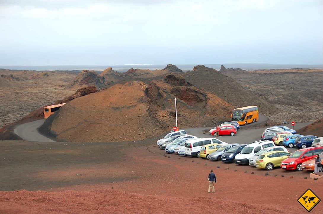 Der Parkplatz des Timanfaya Nationalparks kann je nach Uhrzeit so voll sein, dass sich auf der Zufahrtsstraße lange Warteschlangen bilden