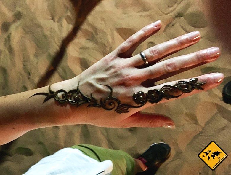 Traditionelle Henna Bemalung im Dubai Wüstencamp