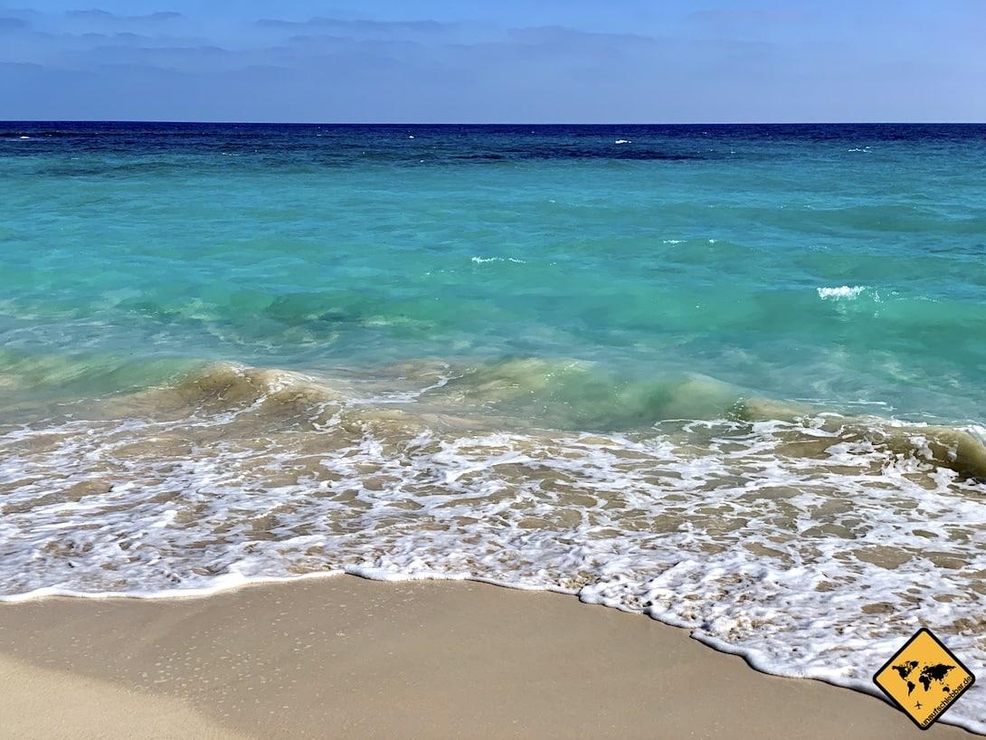 Türkis-blaues Meer Strand Fuerteventura oder Gran Canaria