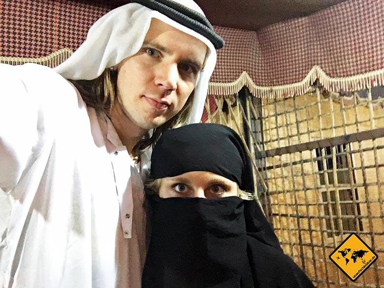Unaufschiebbar in traditioneller Dubai Kleidung im Wüstencamp