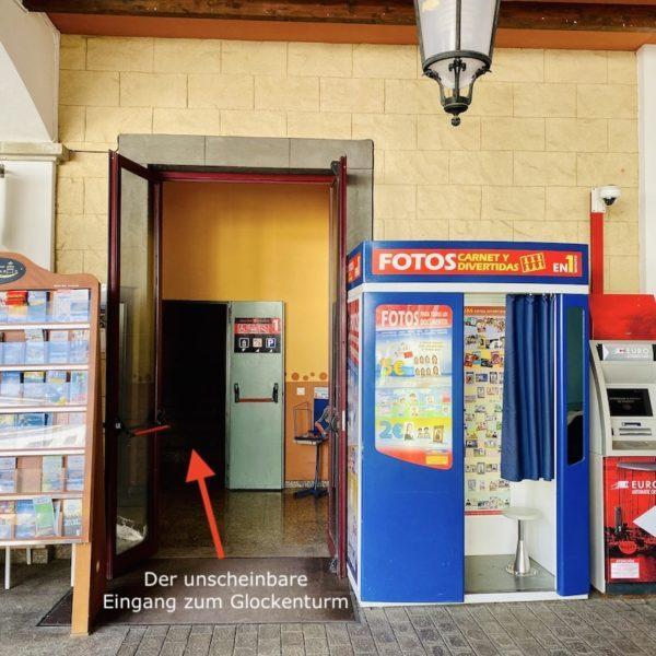 Unscheinbarer Eingang Glockenturm Corralejo