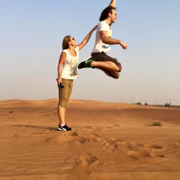 Up to the sky: Christian feiert die Schönheit der Dubai Wüste