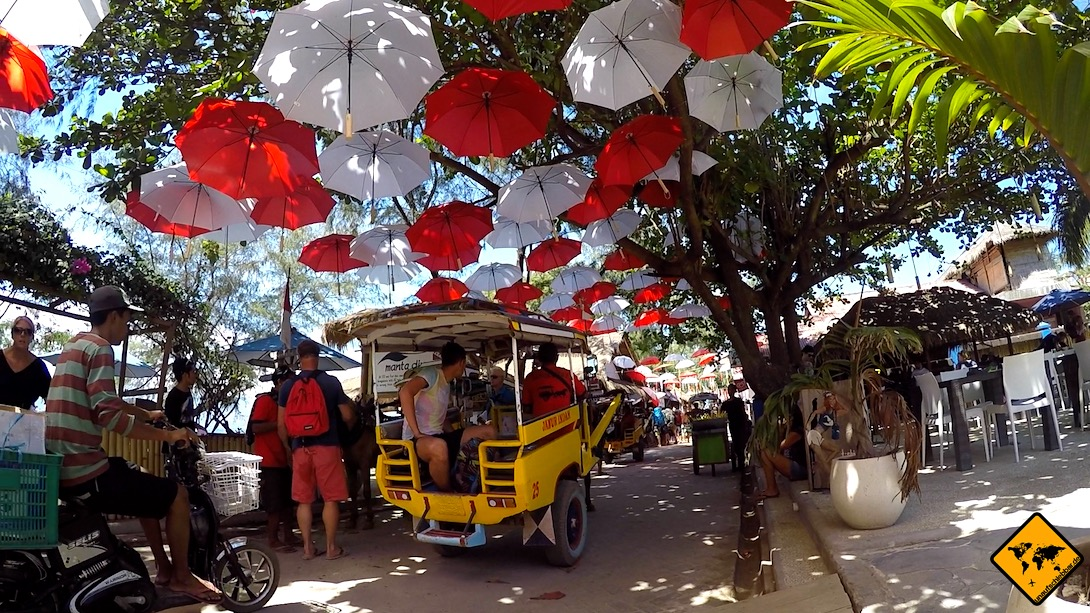 Wenn du von Bali nach Gili Trawangan reist, wirst du diese bunten Schirme bei der Ankunft am Hafen entdecken