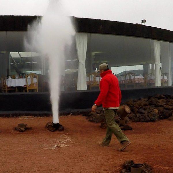 Nach wenigen Sekunden verdampft das Wasser und steigt mit einem lauten Knall aus dem Loch als Dampf-Fontäne empor
