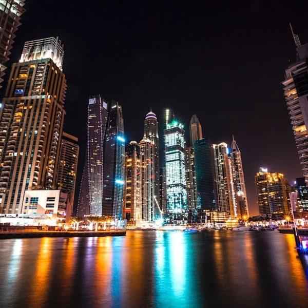 Wasserspiegelung Dubai Marina abends