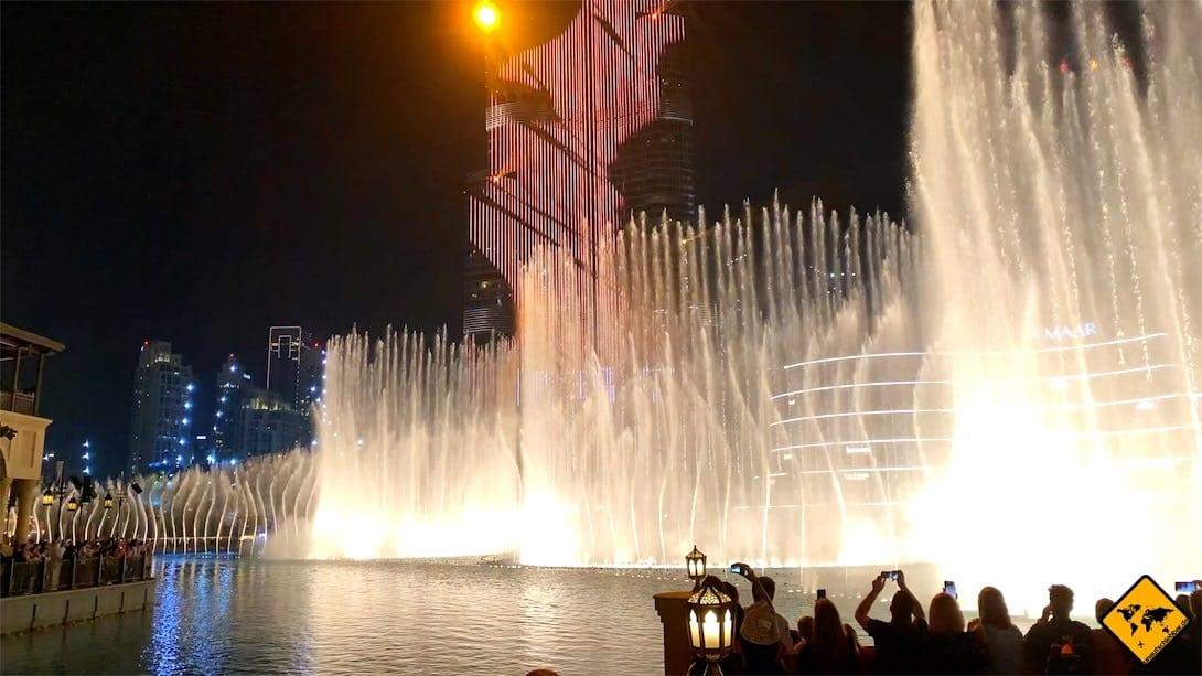 Wasserspiele von Dubai Fontänen beleuchtet hoch