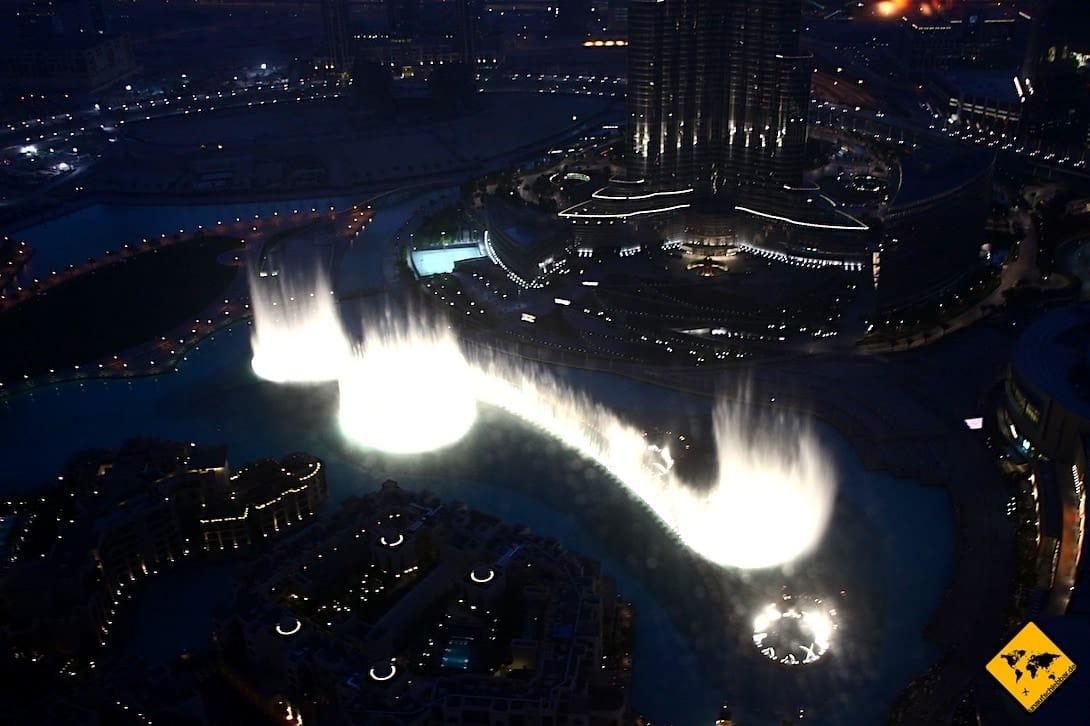 Wasserspiele von Dubai abends Sicht Burj Khalifa