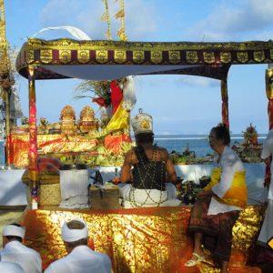 Wenn du während deiner Bali Rundreise die einheimische Kultur kennen lernen moechtest besuchst du am besten eine traditionelle Bali Zeremonie am Strand in Sanur