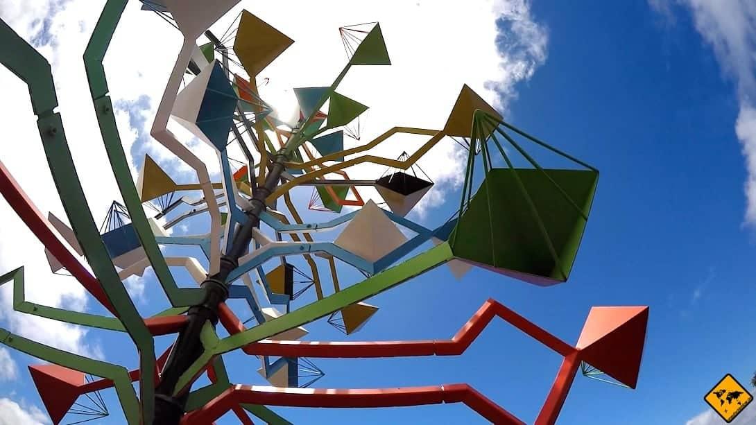Das bunte Windspiel begrüßt dich am Eingang der César Manrique Foundation