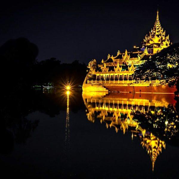 Yangon Karaweik Palace abends
