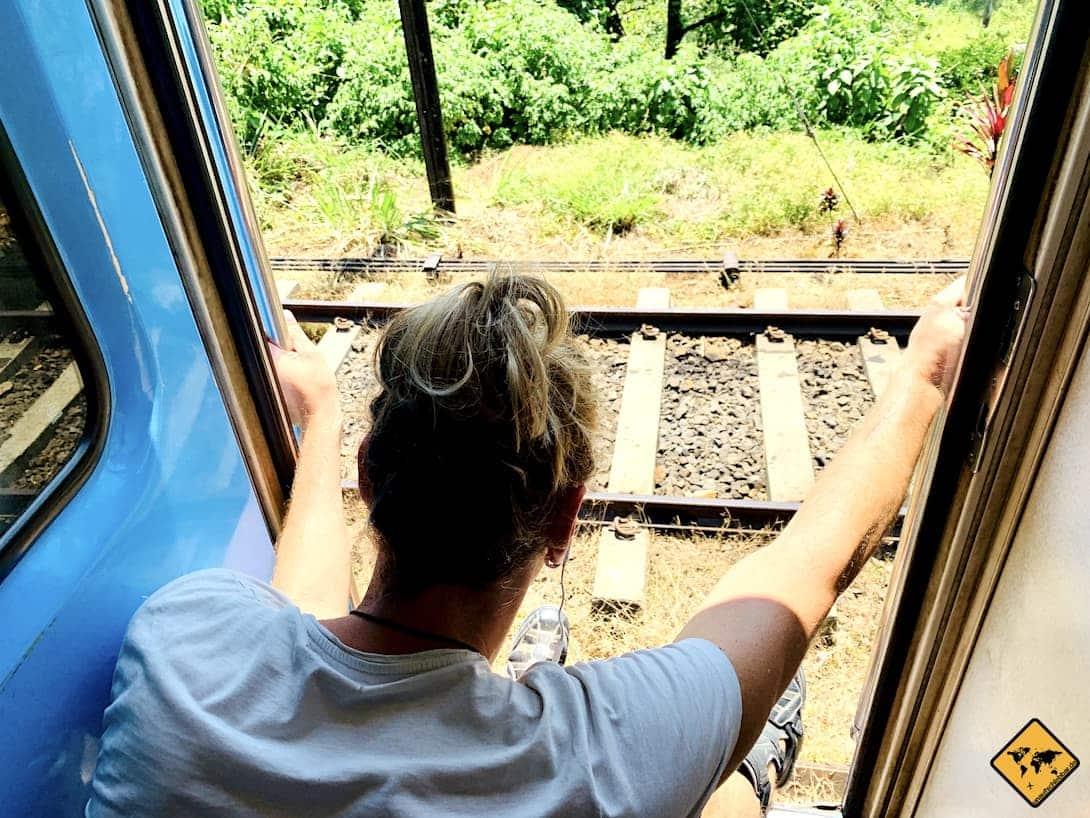 Zugfahrt Kandy nach Ella Schienen Sitzplatz Tür