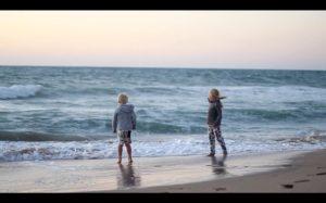 Zwei Familien auf Weltreise der Film Kinder am Meer