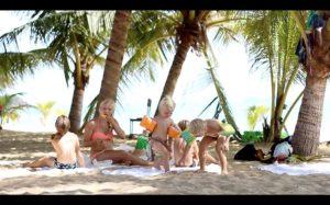 Zwei Familien auf Weltreise der Film am Strand